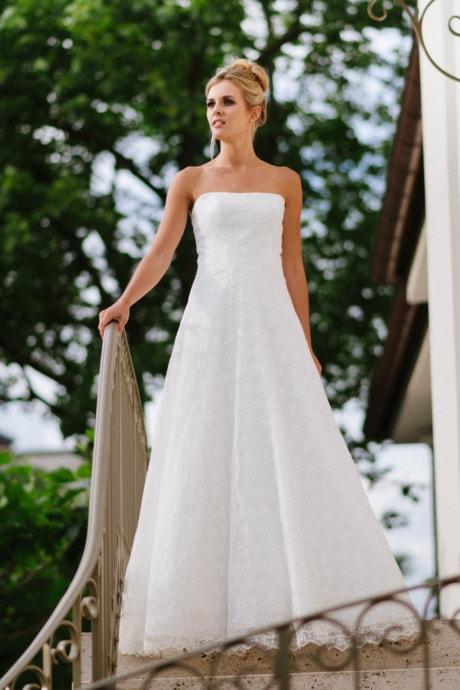 Hochzeitskleid trägerlos – weiter Rock in Blümchenspitze – Sue