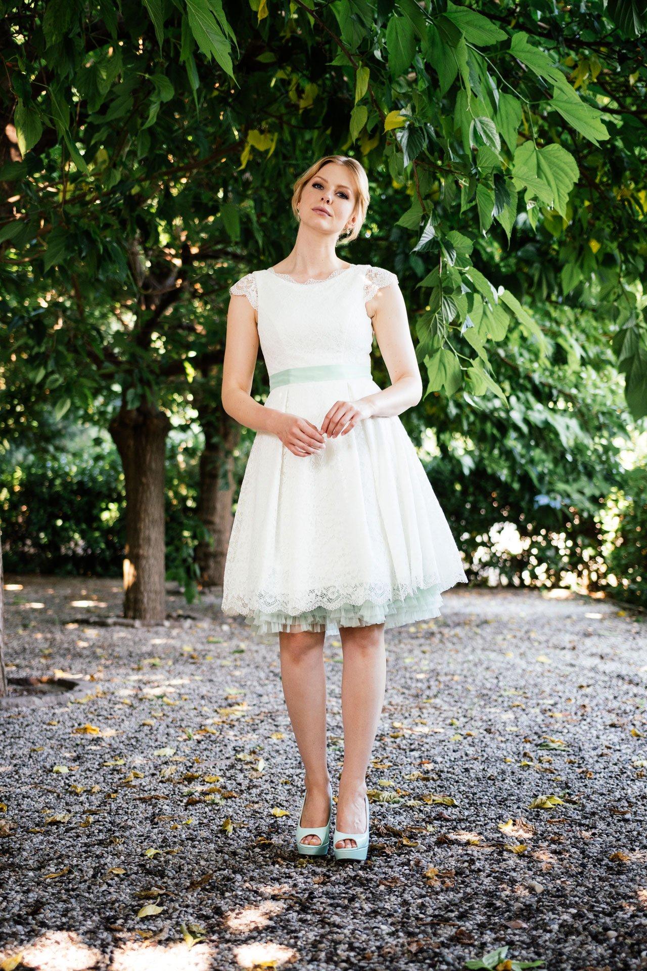 Rockabilly Hochzeitskleid in Stretchspitze – mit Taschen & Flügelarm