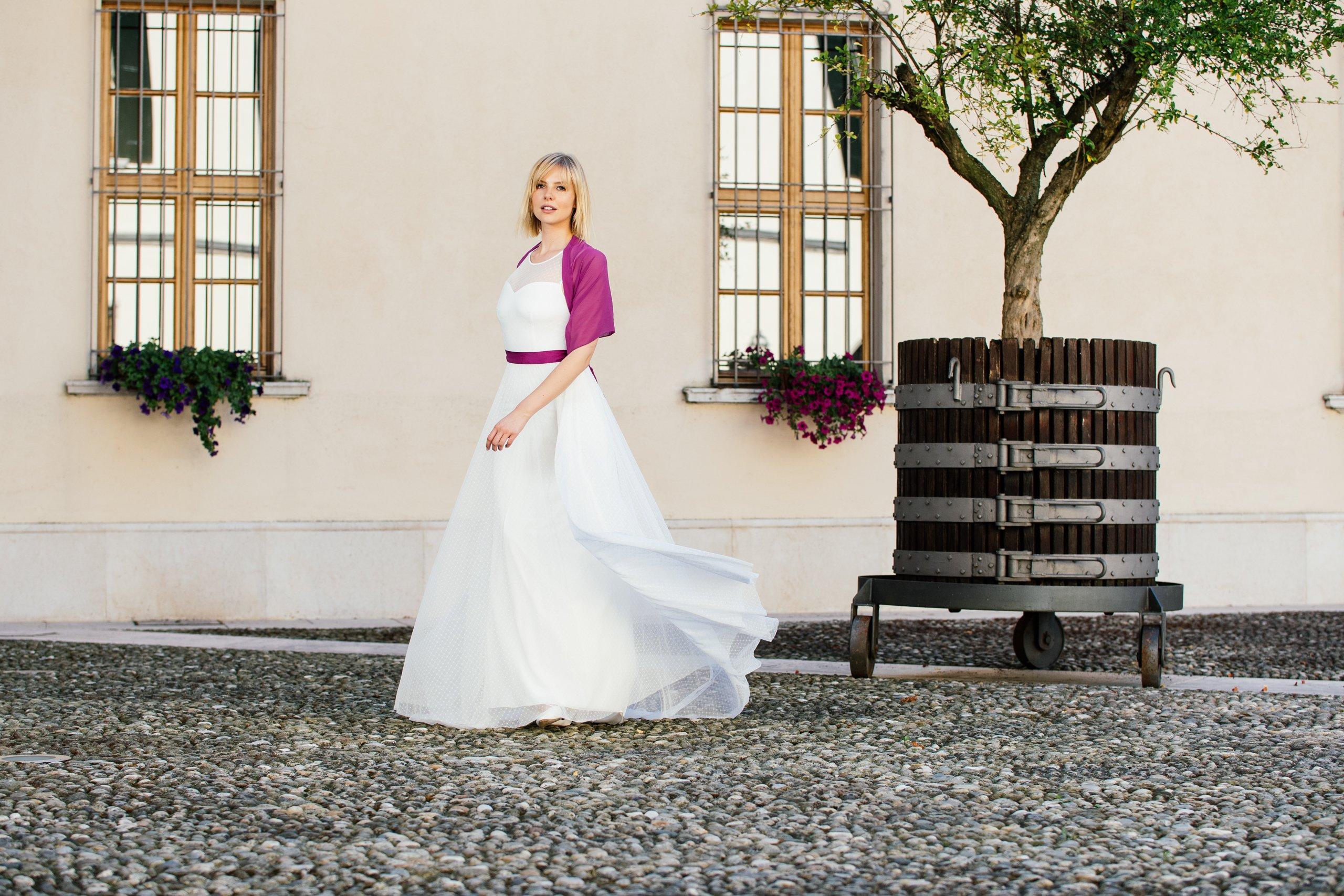 Schönes Brautkleid mit Punkten - besonders und schlicht
