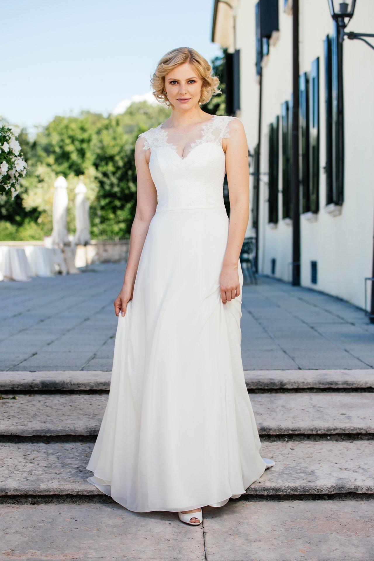 Sexy Brautkleid mit atemberaubendem Dekolleté und tiefem Rücken