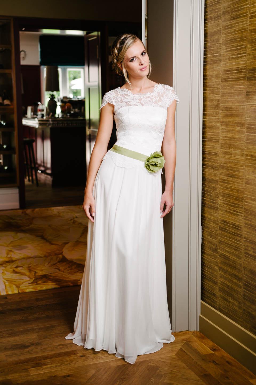 Vintage Hochzeitskleid mit Flügelarm, tiefer Spitzencorsage und Seidenrock