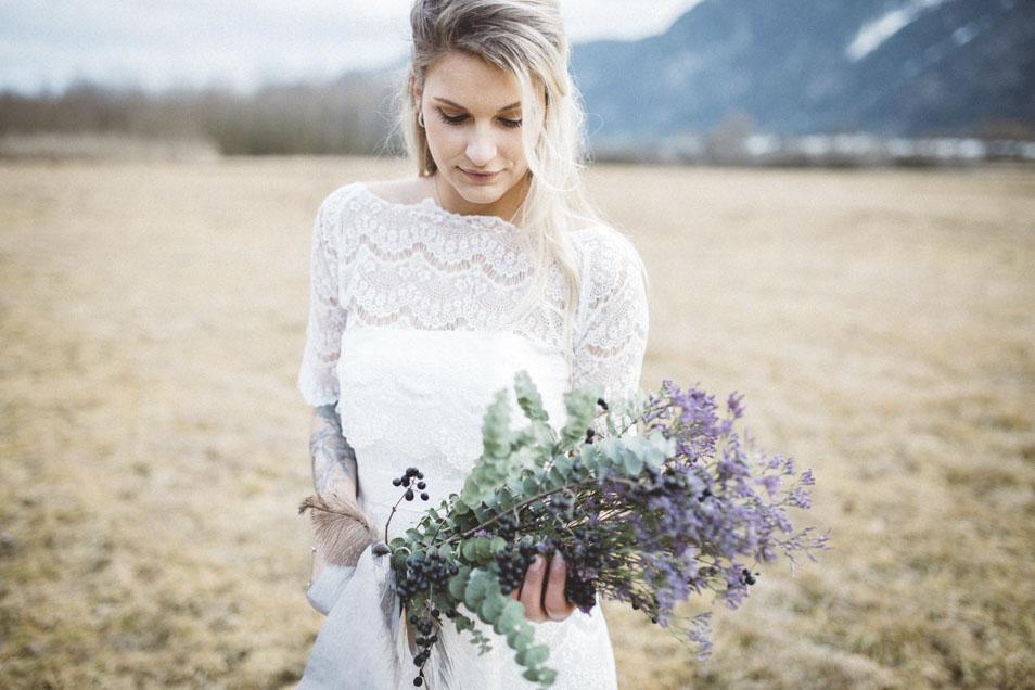 Boho Braut mit Brautstrauss in Lila Farben