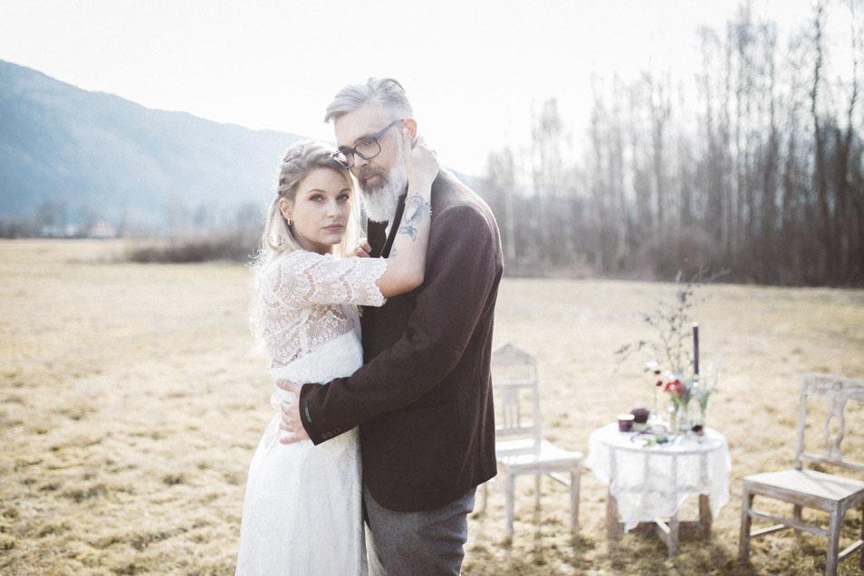 Boho Braut mit coolem Bräutigam mit Bart