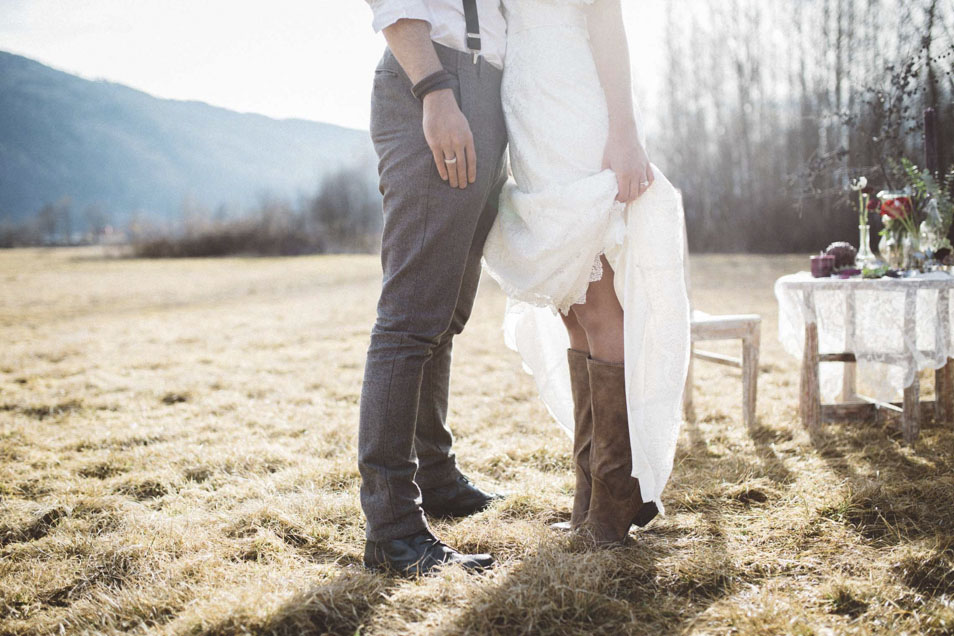 Braut trägt Cowboy Stiefel