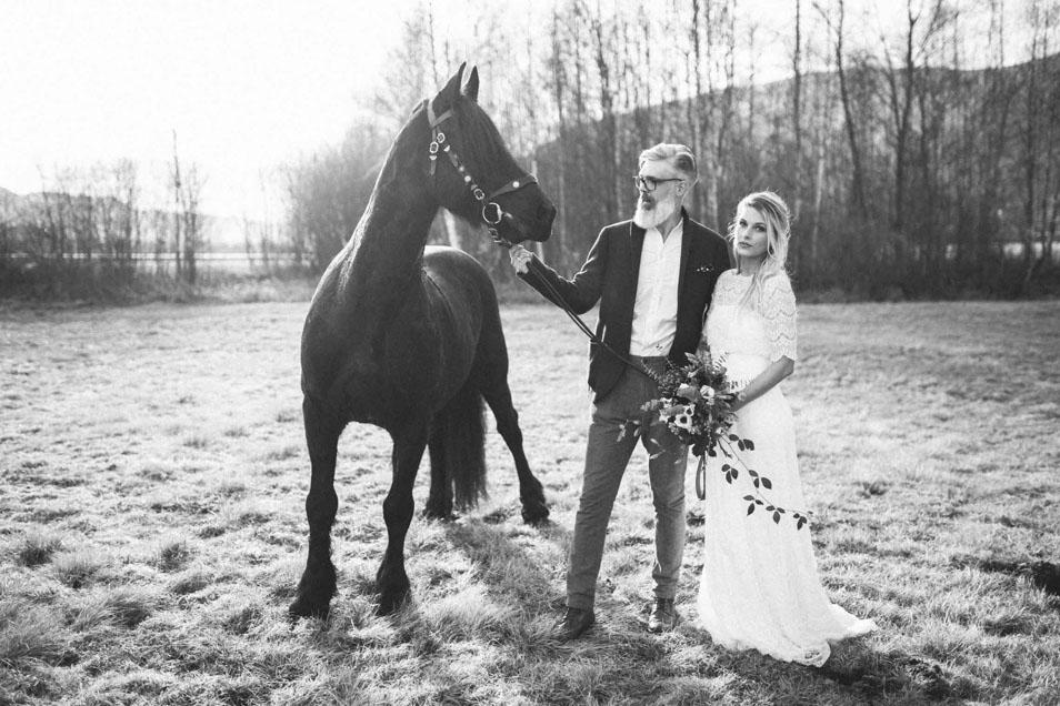 Brautpaar mit wildem Pferd