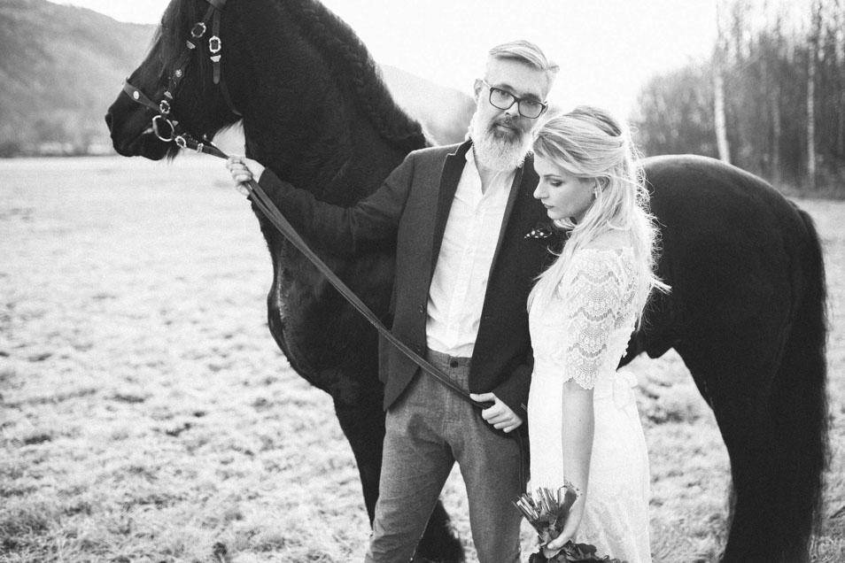 Melancholische Stimmung Braut mit Bräutigam und Pferd