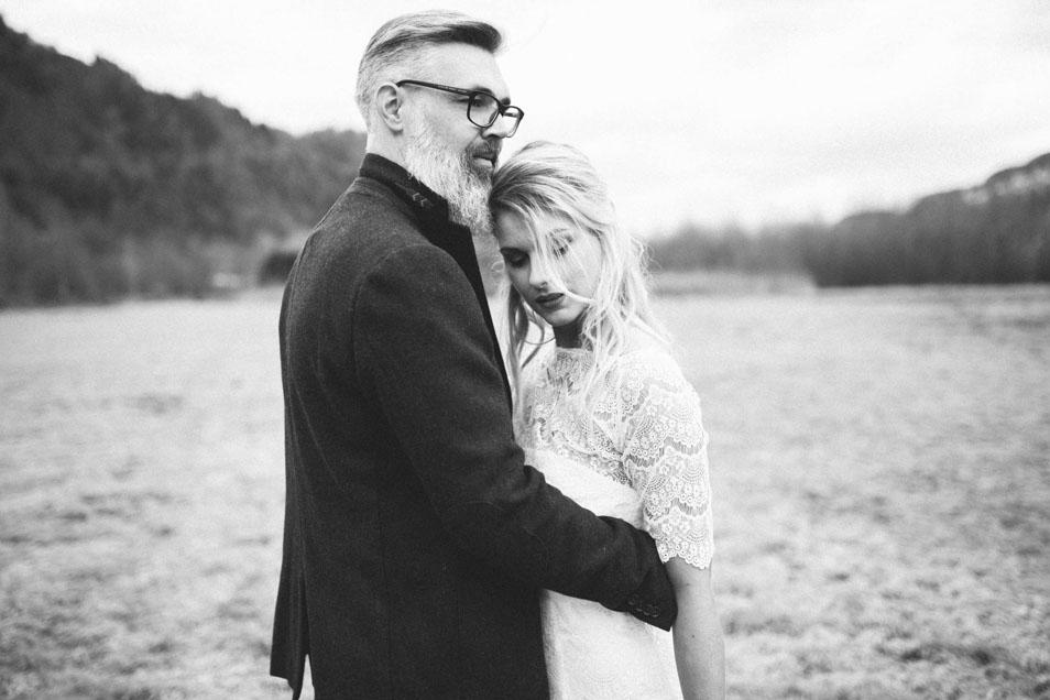 Boho Braut im Arm von Boho Bräutigam