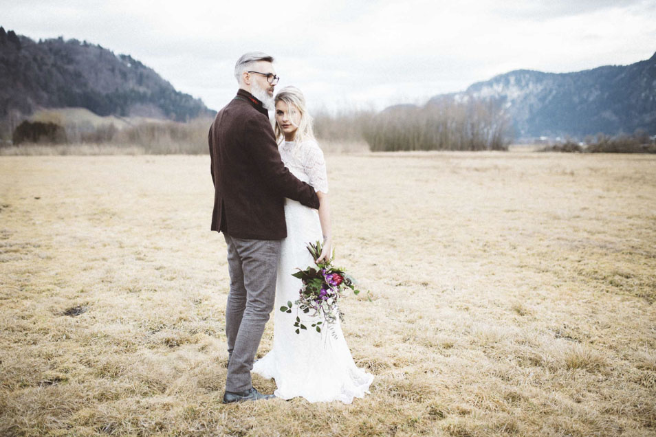Boho Braut hält Brautstrauss