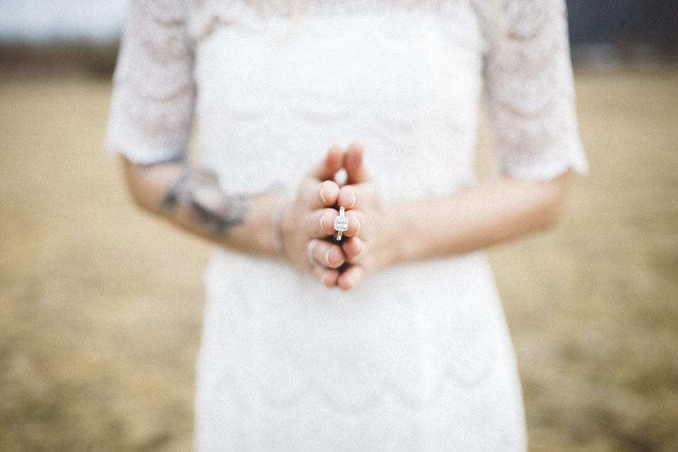 Braut hält Ring mit Edelstein