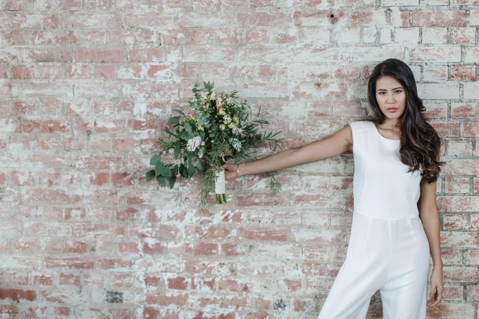 Braut in Hosenanzug industrial Look
