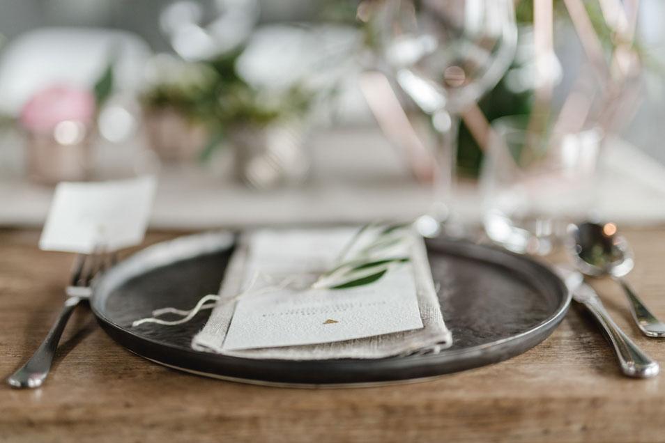Detail der Tischdekoration mit Gedeck