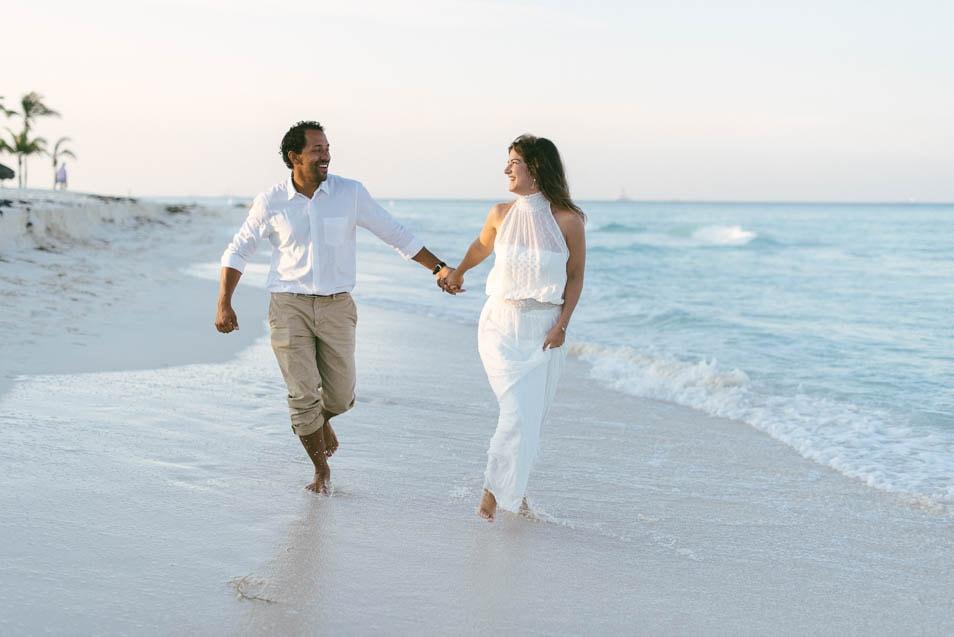 mit dem Brautkleid am Strand laufen