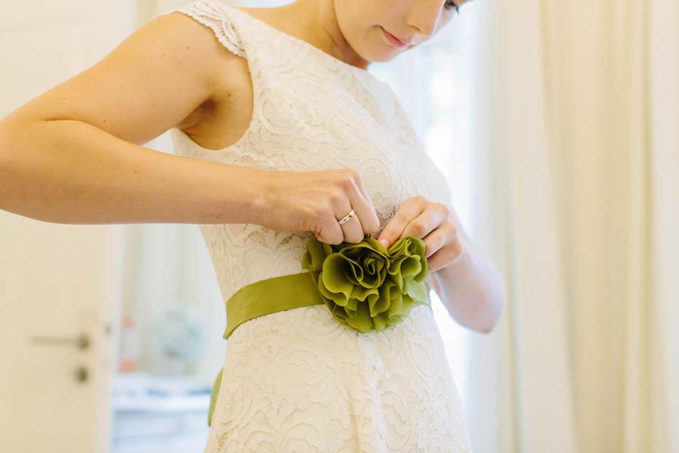 grünes Seidenband mit Blüte