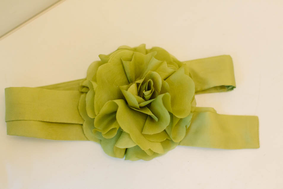Grüne Brautaccessoires Seidenband und Seidenblume
