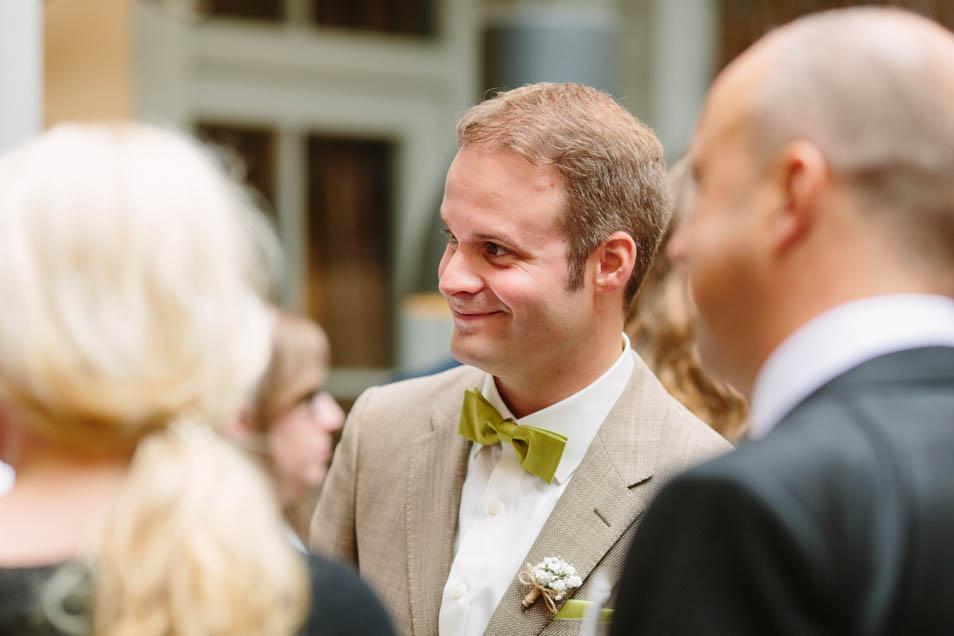 Bräutigam mit grüner Fliege