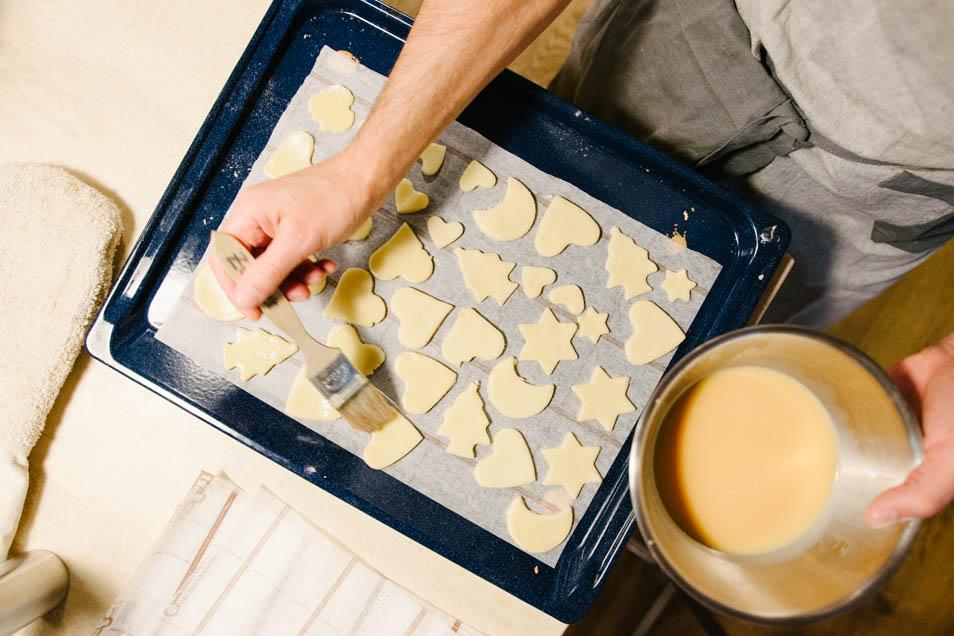 Buttergebäck mit Eigelb bestreichen