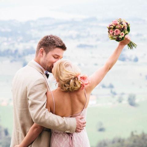 Ausgelassen fröhliche Hochzeit im rosa Brautkleid