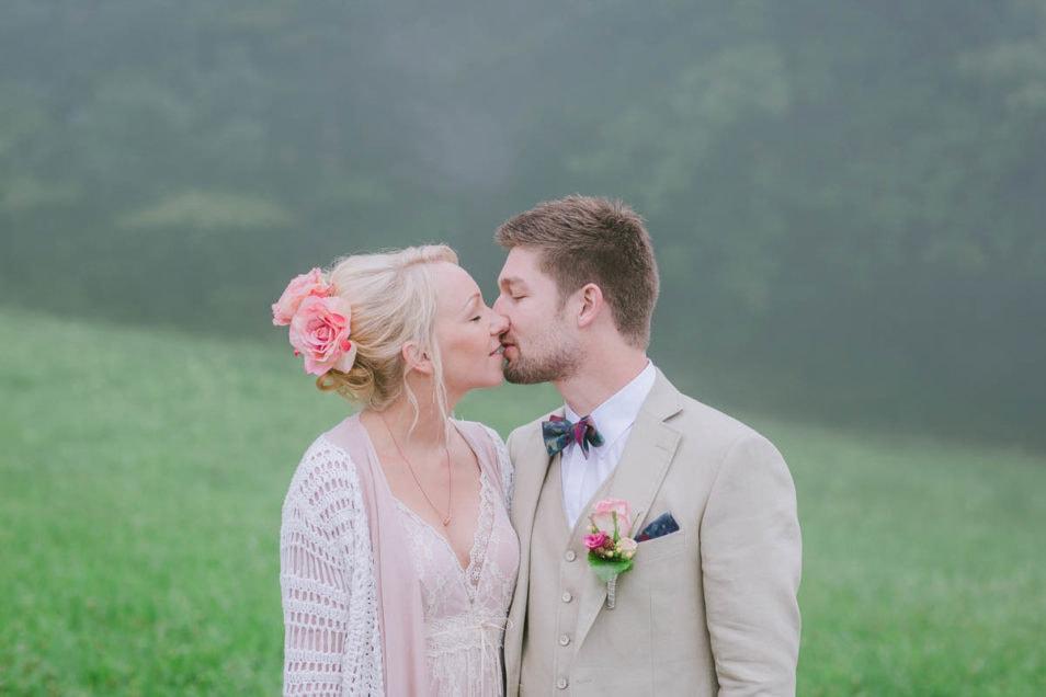 First Kiss im rosa Brautkleid