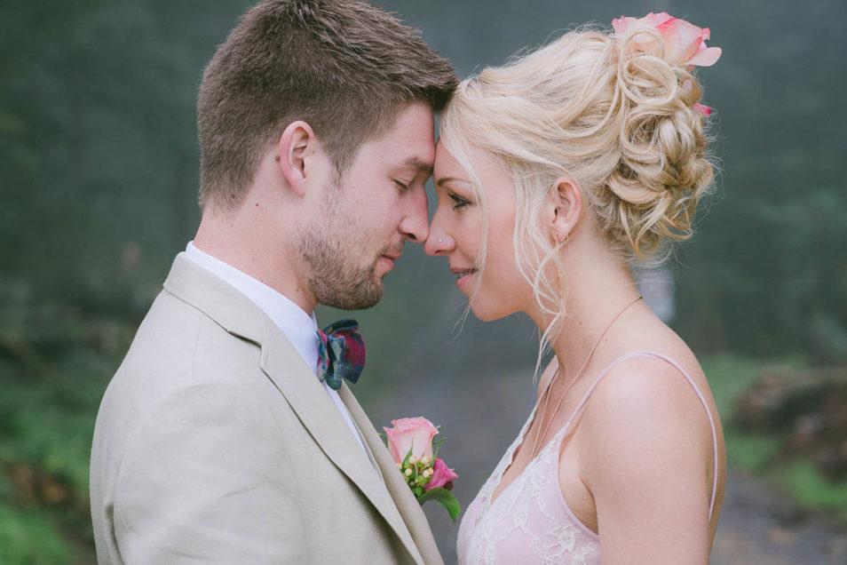 ganz verliebt im rosa Brautkleid