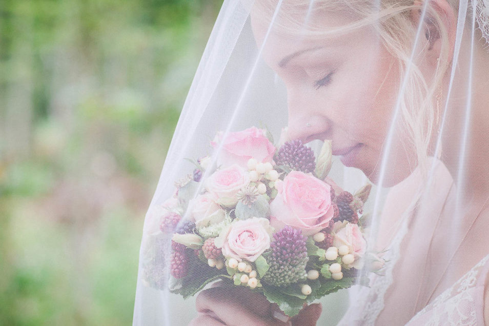 Brautstrauß unter Schleier