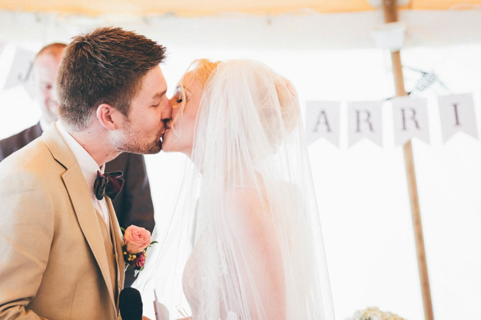 Das Brautpaar darf sich küssen