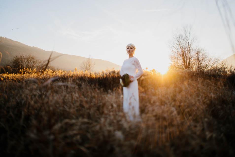 stimmungsvolle Abendaufnahme einer Braut in der Wintersonne