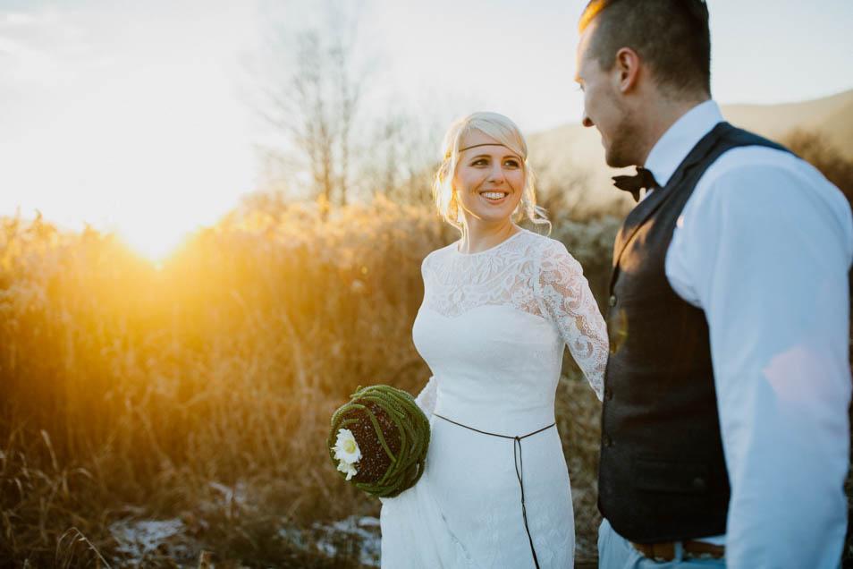 strahlende Braut im Sonnenuntergang