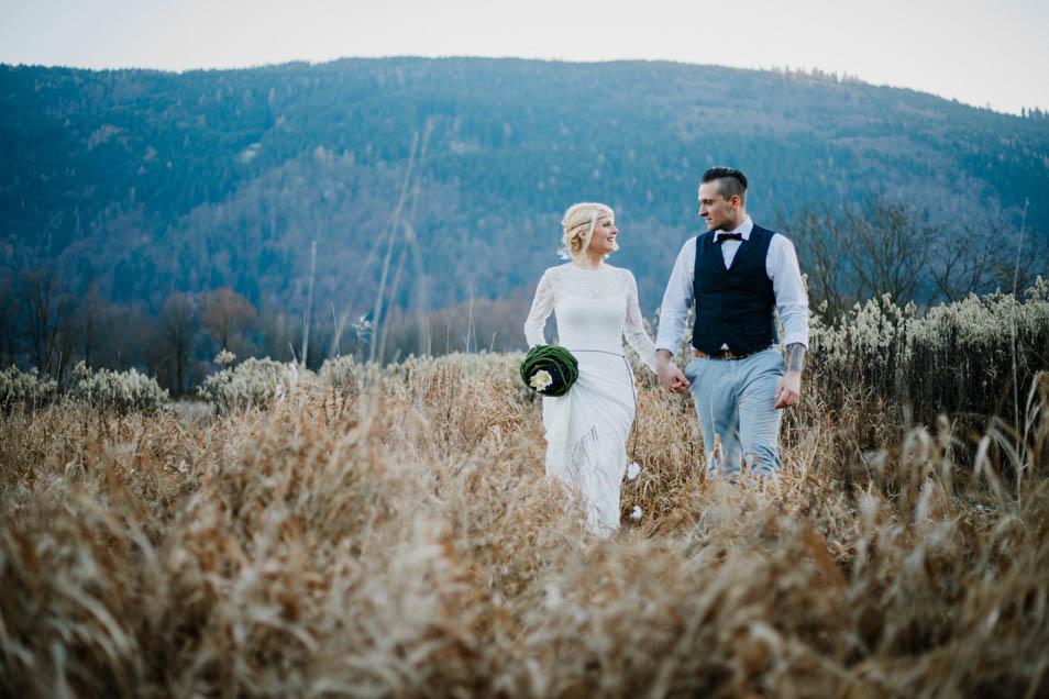 Brautpaar läuft auf dem Feld