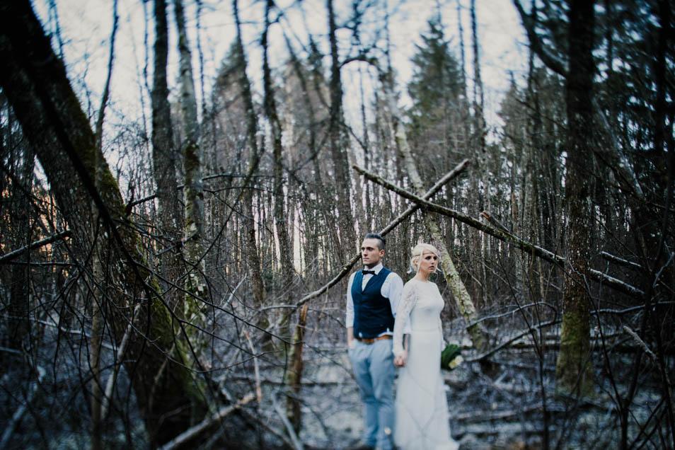 Brautpaar in Hochzeitsoutfit