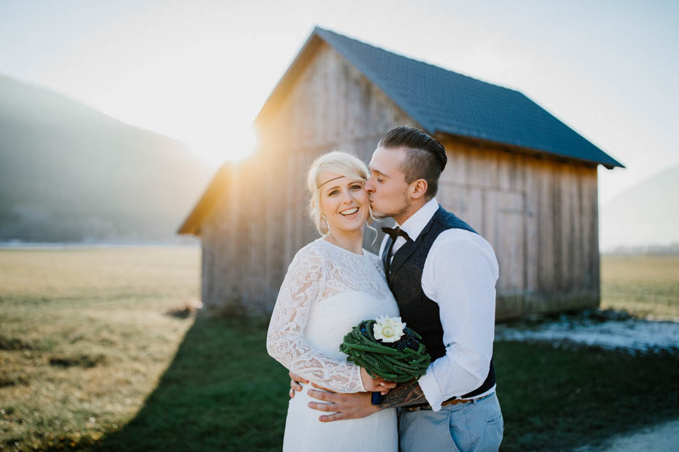 lächelnde Braut wir geküsst
