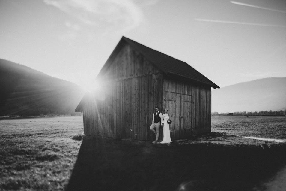 Bräutigam hält Hand der Braut in der Abendsonne