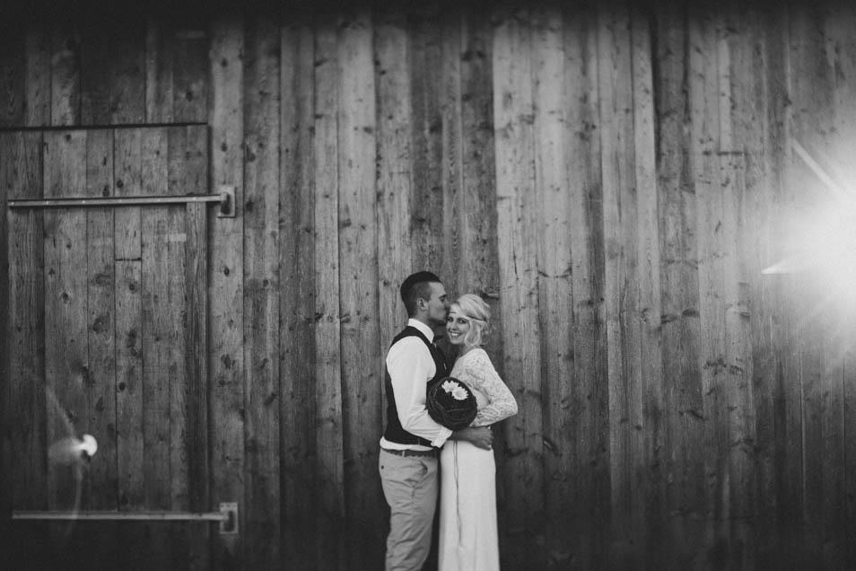 schwarz-weiss Foto von Brautpaar