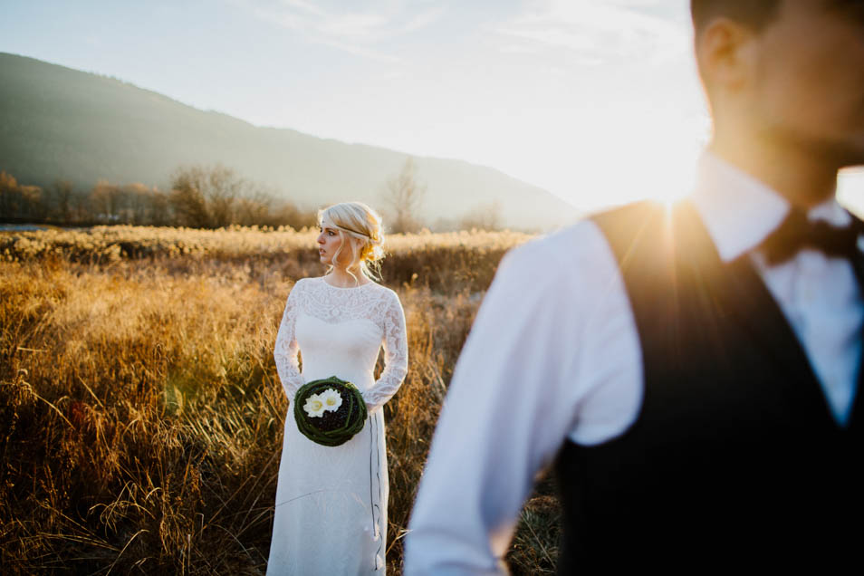 Braut in traumhaften Brautkleid im Hintergrund, er läuft aus dem Bild