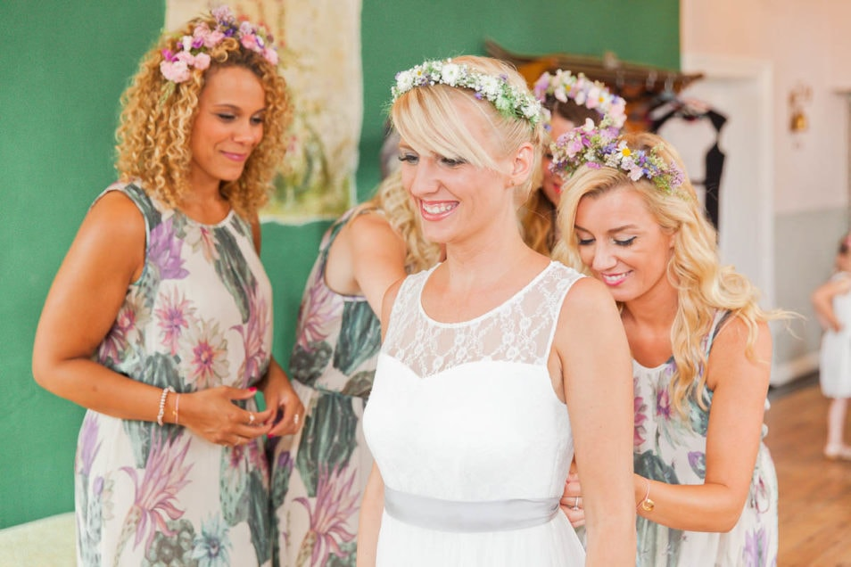 Braut mit Haarschmuck und Seidenband strahlt