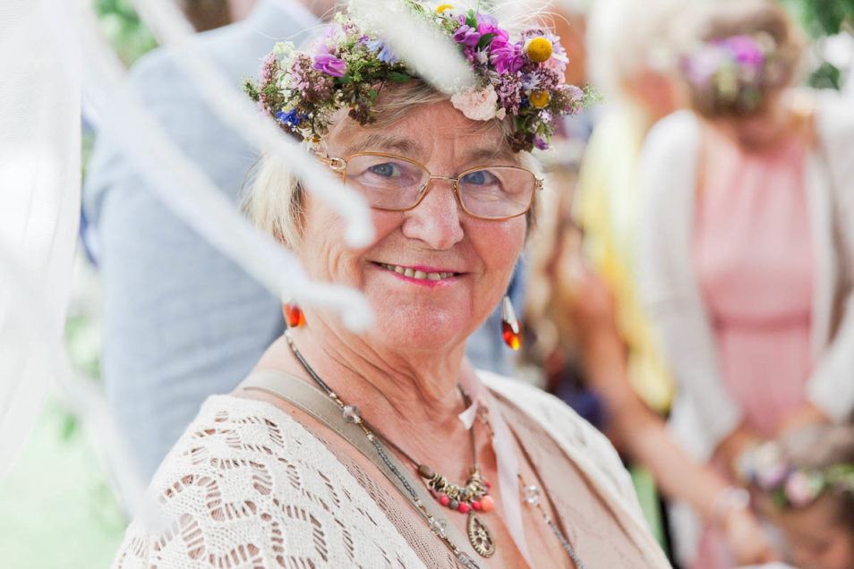 Großmutter/Mutter der Braut mit Haarschmuck
