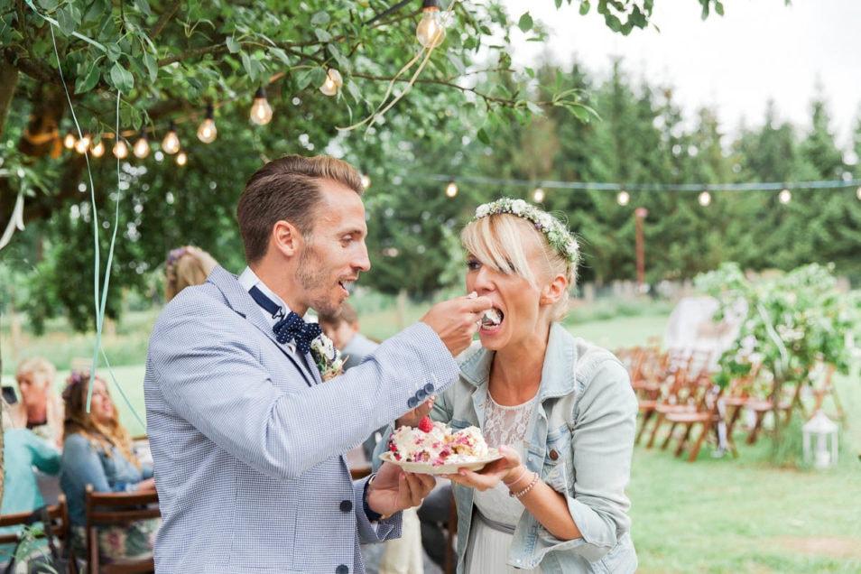 Braut versucht Hochzeitstorte