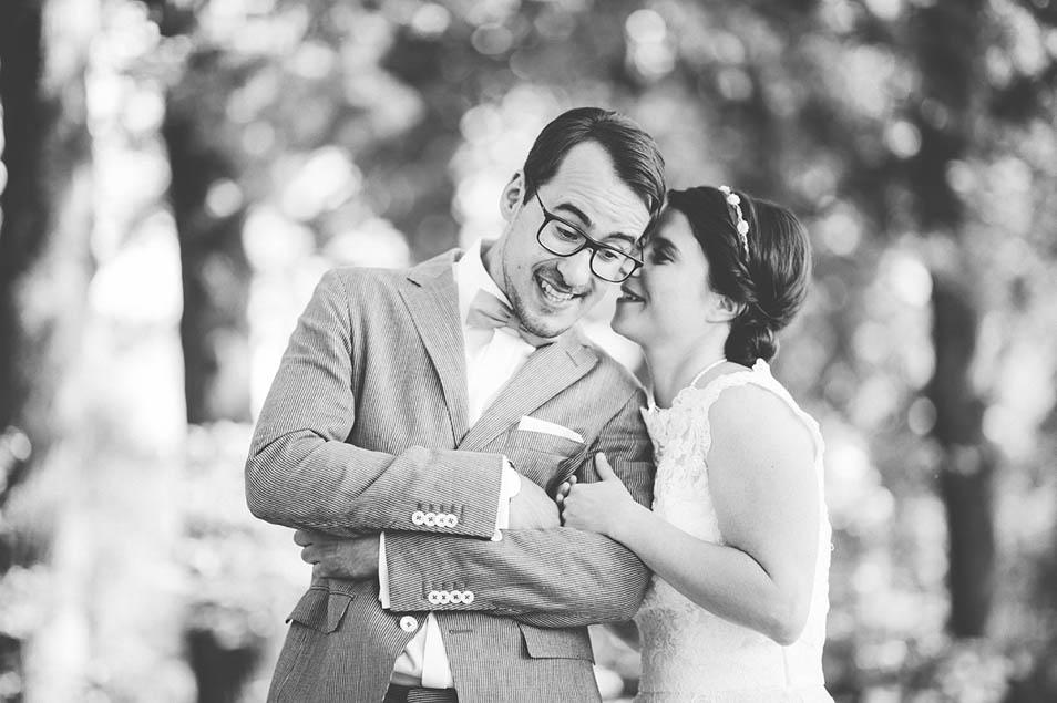 Braut flüstert Braäutigam ins Ohr