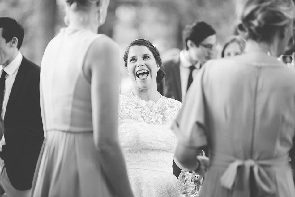 herzhaft lachende Braut bei ihrer Hochzeitsparty mit Freuden