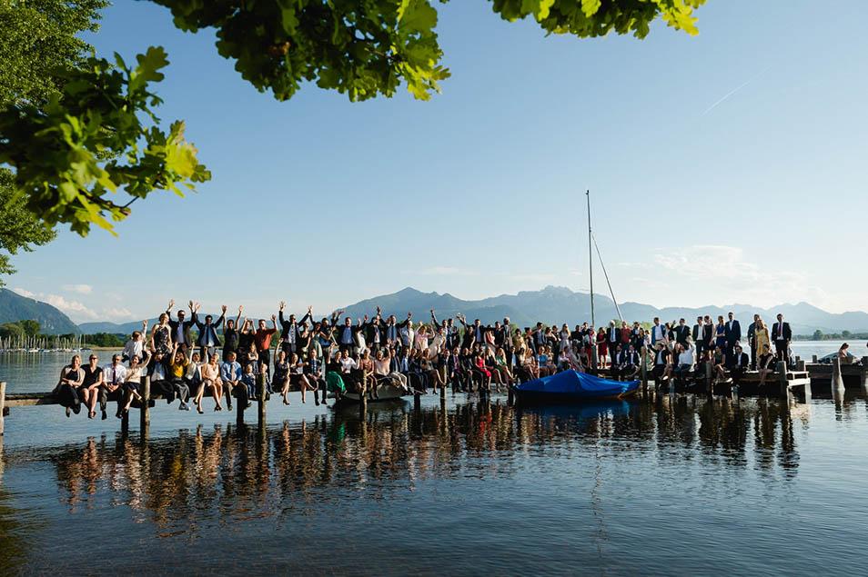 Hochzeistgesellschaft am Steg bei der Hochzeitsparty am See