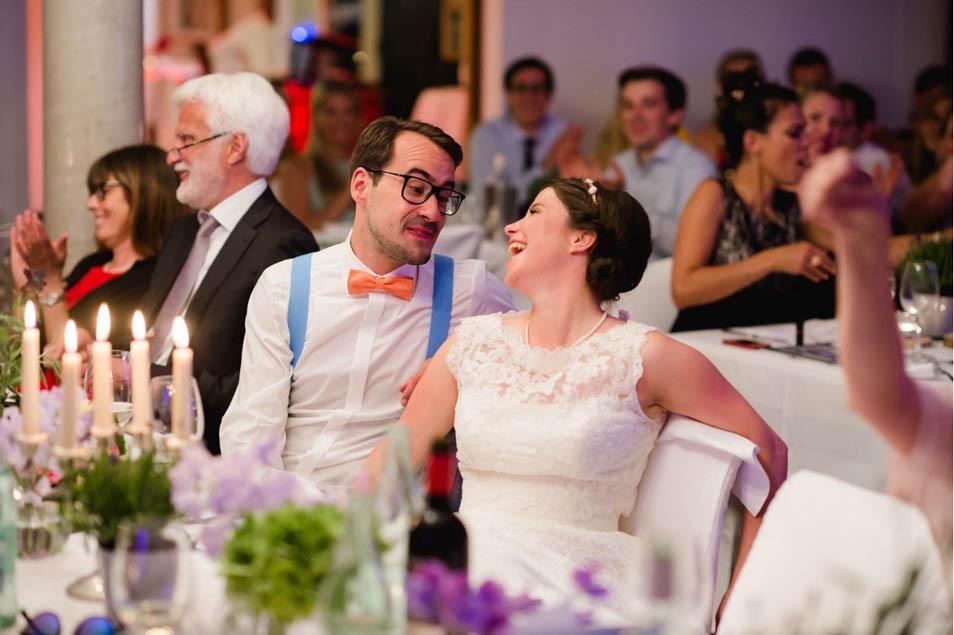 glückliches Brautpaar auf Hochzeitsfeier