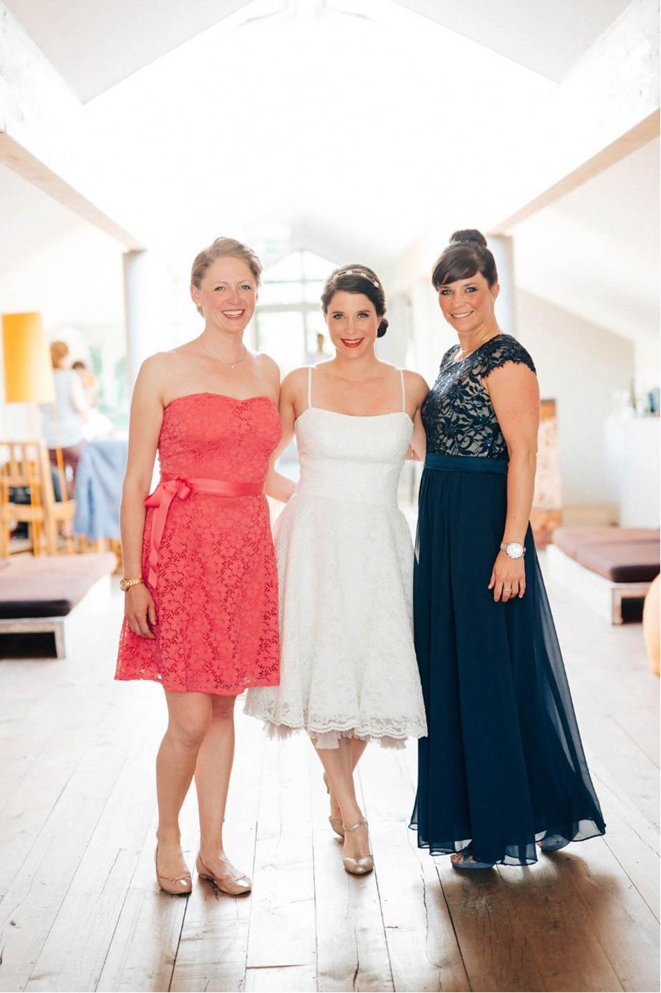 Braut mit Brautjungfern vor ihrer Hochzeitsparty am See
