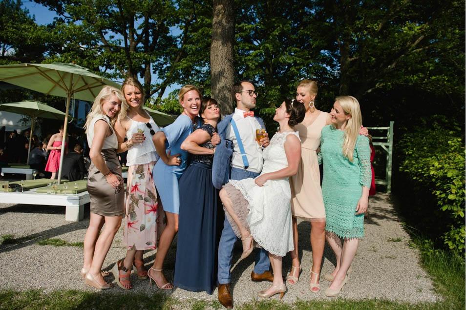 cooles Bild mit Brautjungfern auf der Hochzeitsparty