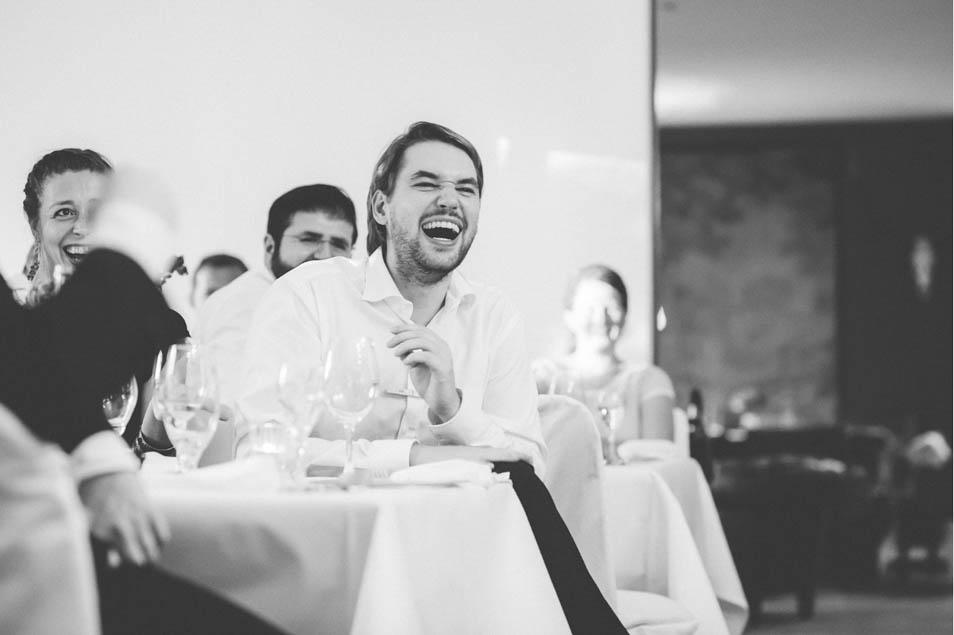 lachender Gast auf der Hochzeit