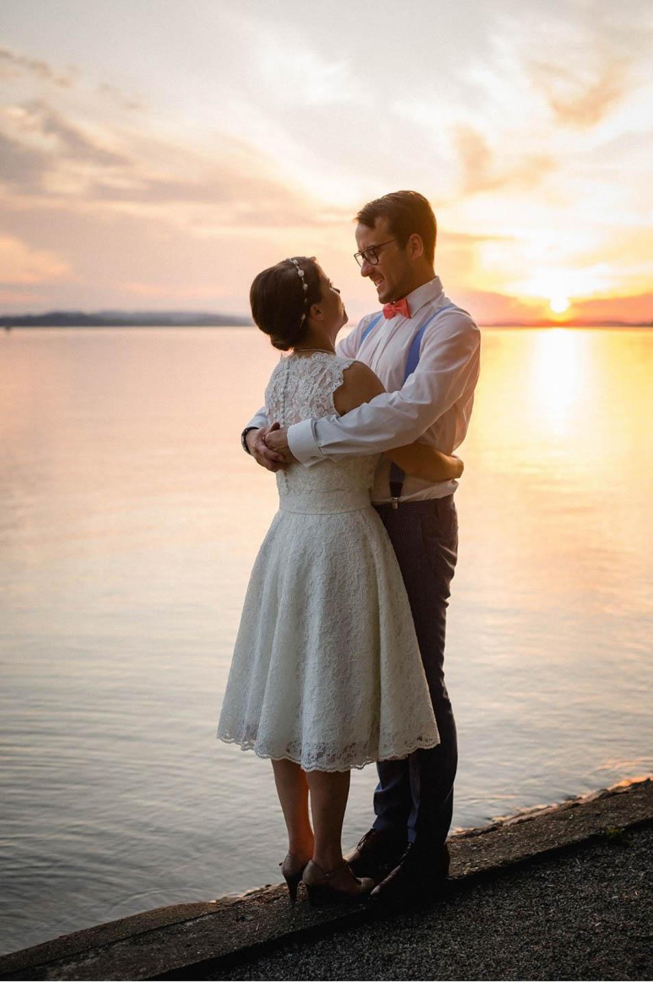 Brautpaar am See beim Sonnenuntergang