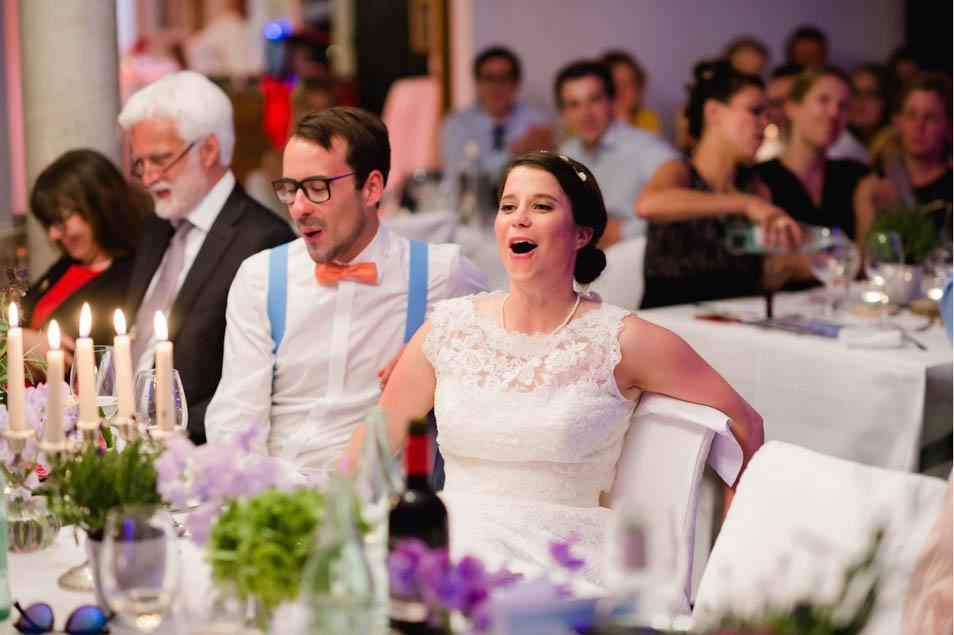 Brautpaar lacht über alte Geschichten
