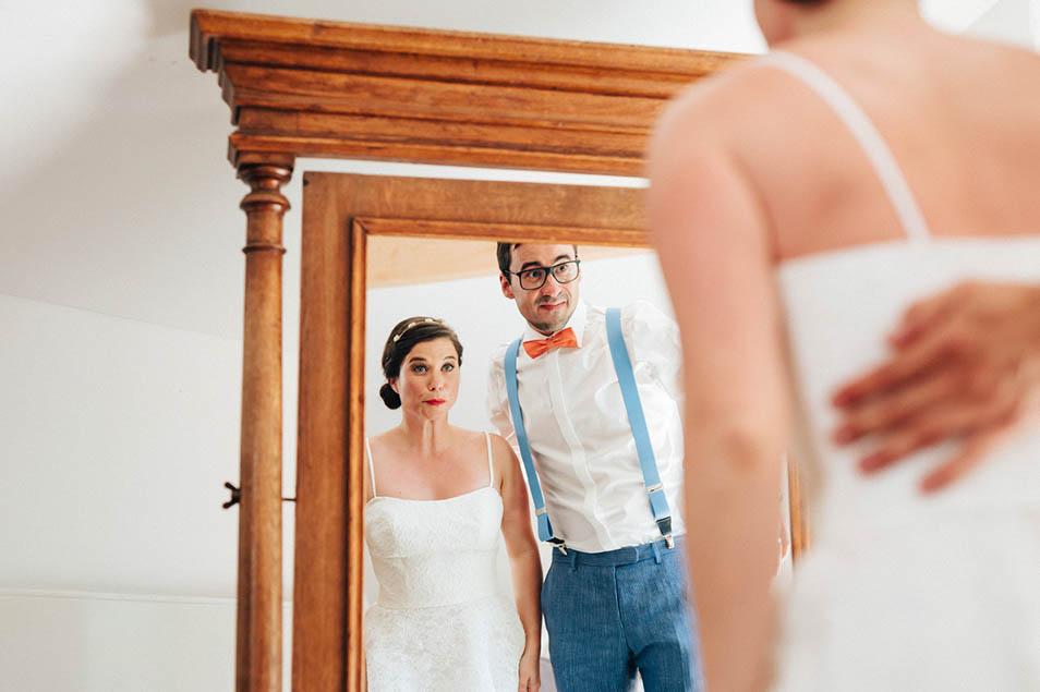 Brautpaar betrachtet sich im Spiegel