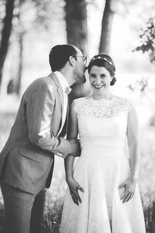 Braut strahlt vor der Hochzeitsparty