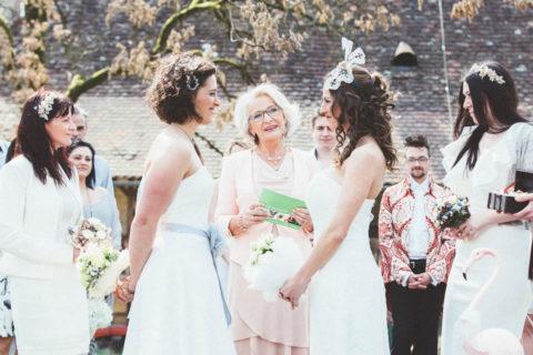 Zwei Brautkleider für eine lesbische Hochzeit