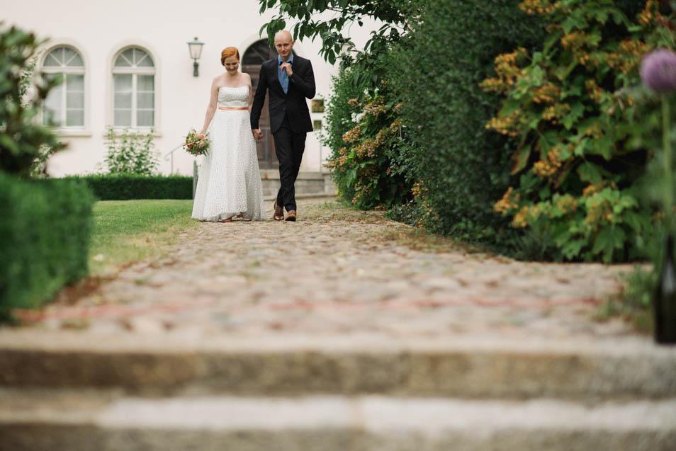 Besondere Hochzeit, das Brautpaar auf dem Weg zur Trauung