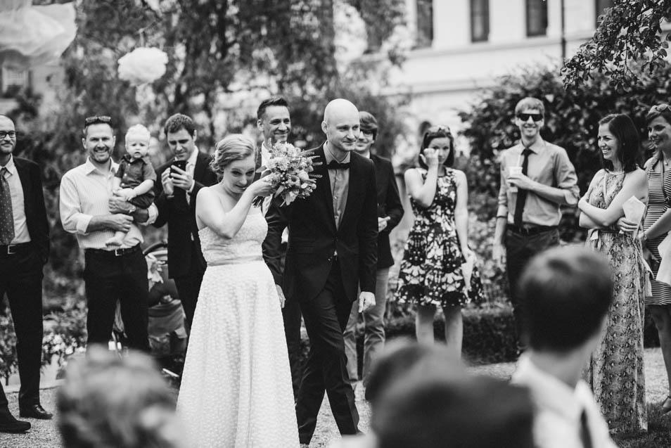 Braut verdrückt Tränen auf dem Weg zur freien Trauung